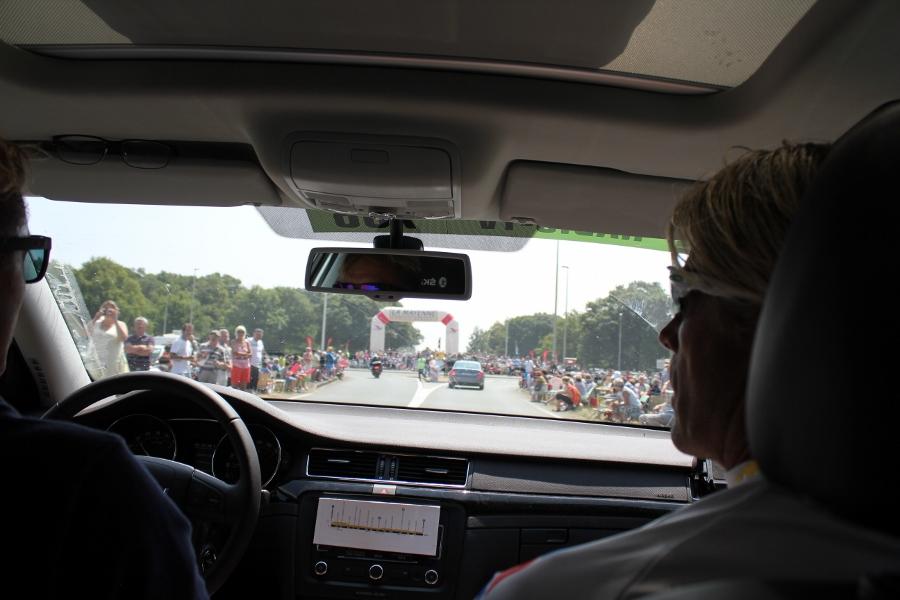 Stor opplevelse å sitte på med Dag Otto for Geir og Raymond. Da fikk de se hvordan en etappe i Tour de France er for rytterne, med alt publikum langs veien.
