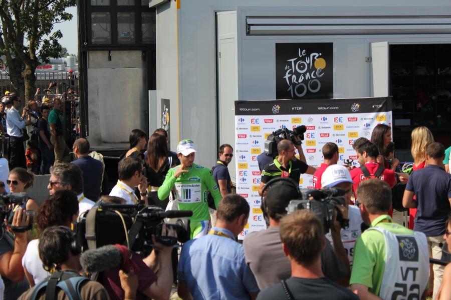 Peter Sagan i grønn poengtrøye og podiumdamene gjør deg klar til serimonien etter etappen