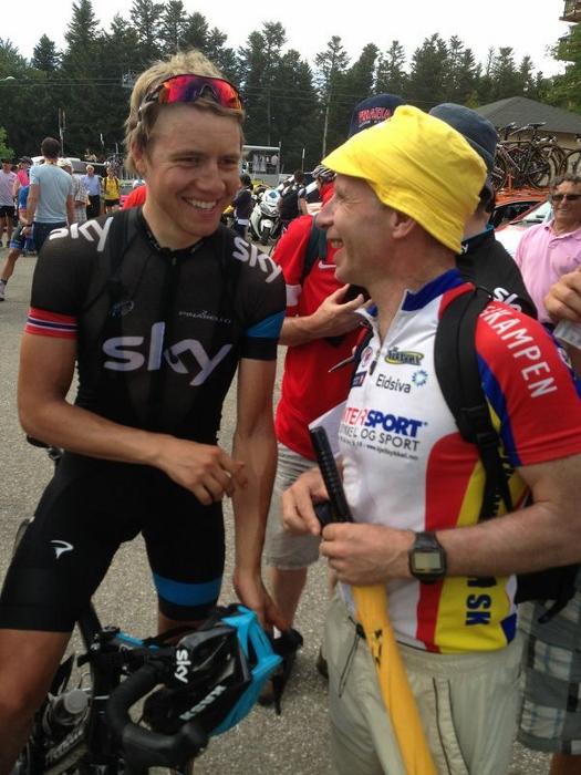 Kjell Arve får seg en prat med en blid Edvald Boasson Hagen etter etappen. Skylaget var glade for å ha overtatt den gule ledertrøyen med Chris Froome.