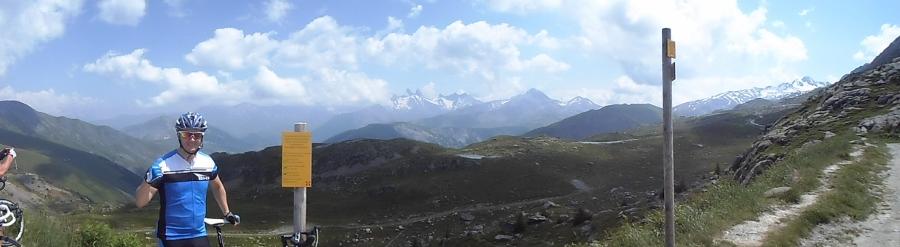 Enorm utsikt fra toppen. Alpetoppene florerer på alle sider.