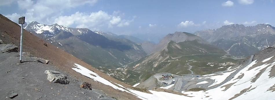 Utsikten fra toppen mot den andre siden av dalen