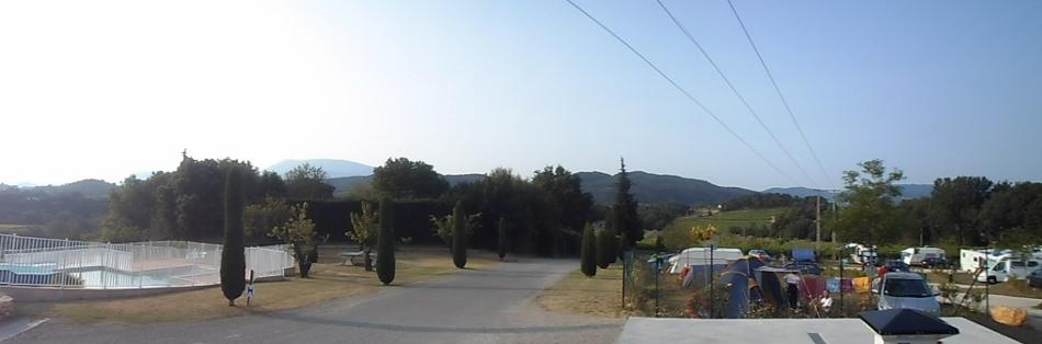 Dagen begynte tidlig. Kl 08 var vi klare på sykkelen. Morgenbildet fra campingen og Mont Ventoux som rager i bakgrunnen.