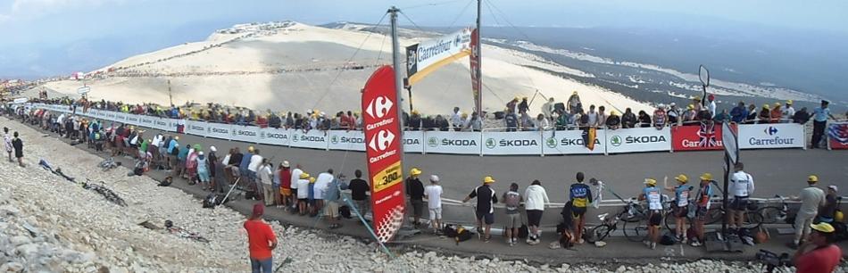 Utsikten nedover fra toppen. Her venter vi på rytterne i Tour de France. Folkeskarene og bobilene strekker seg 2 mil nedover fjellet.