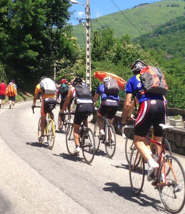 Vanlig syn på fjelletapper i Tour de France. På morgenen sykler skarer med syklister opp mot toppen.