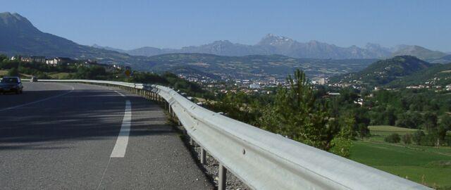 Der nede ses Gap. De siste kilometerne var noen herlige lange slake nedkjøringer inn mot byen. Her fikk vi god fart og det ble mer og mer publikum inn mot byen. Artig å følge Tour de France skiltene hele veien.