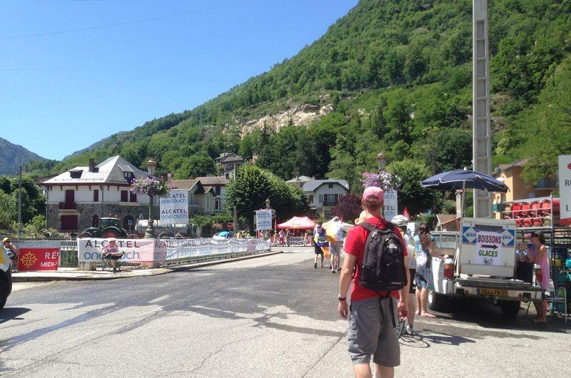 Her er de ved foten av klatringen. Mye folk og ingen tvil om at dette er en stor dag folk har ventet på. Å få Tour de France gjennom bygatene er en stor begivenhet.