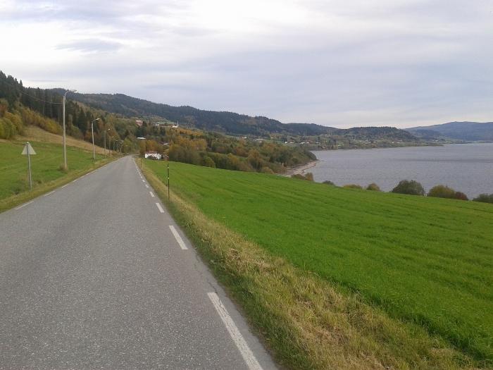 Fantastisk å sykle fra Selbustrand og mot Tømra. Her er det drømmeforhold for sykkel og god fart.