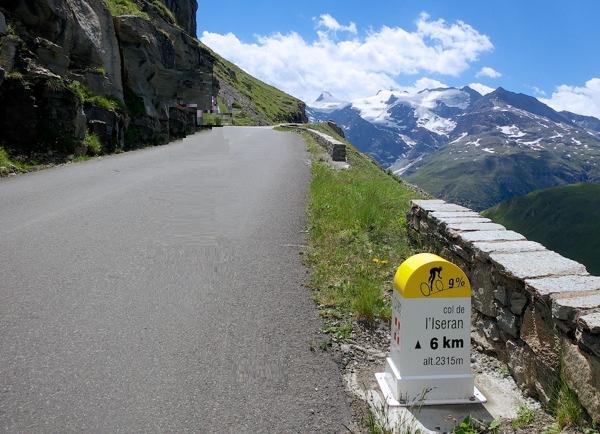 Col de l`Iseran er kun åpen for sykling i sommermånedene. Snøen dekker fjellet store deler av året.