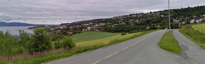 """Langs Trondheimsfjorden mellom Trondheim og Hommelvik er det stort sett jevne flater og gode veier. Gode sykkelstier også for de som velger å bruke disse. Det er forholdsvis lite trafikk her på """"gammelveien"""" retning Hommelvik."""
