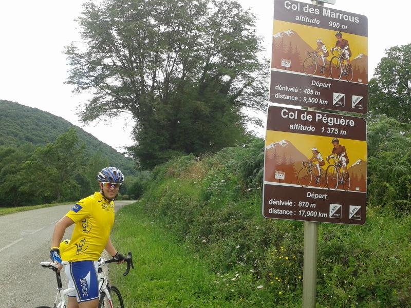 """Jeg hadde iført meg gul trøye idag. Med 11 dagers sykkelreise i Frankrike kunne jeg ikke dy meg, og måtte ha en dag med """"le maillot jeune"""". Her starter den offisielle klatringen til Pèguère, men det er også 150 høydemeter jevn stigning fra Foix opp hit."""