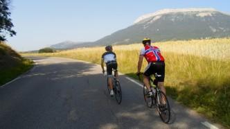 Runden gikk rundt og delvis over det fjellet du ser i bakgrunnen. Nicolai drar på Tommy her med åkrene langs veien