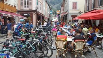 Bourg d`Oisans dagen før dagen. Smekkfull by av sykkelturister!